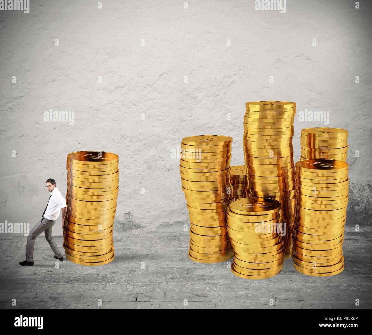 Unternehmer bewegt sich ein Haufen von Münzen zu einer Gruppe von Geld. Konzept der Schwierigkeit, Geld zu sparen Stockbild
