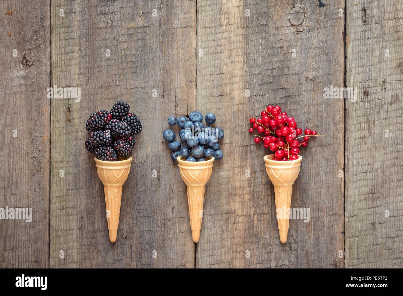 Frisches Obst und Beeren in Eistüten. Gesund Sommer essen Konzept. Ansicht von Oben mit Platz für Text. Stockbild