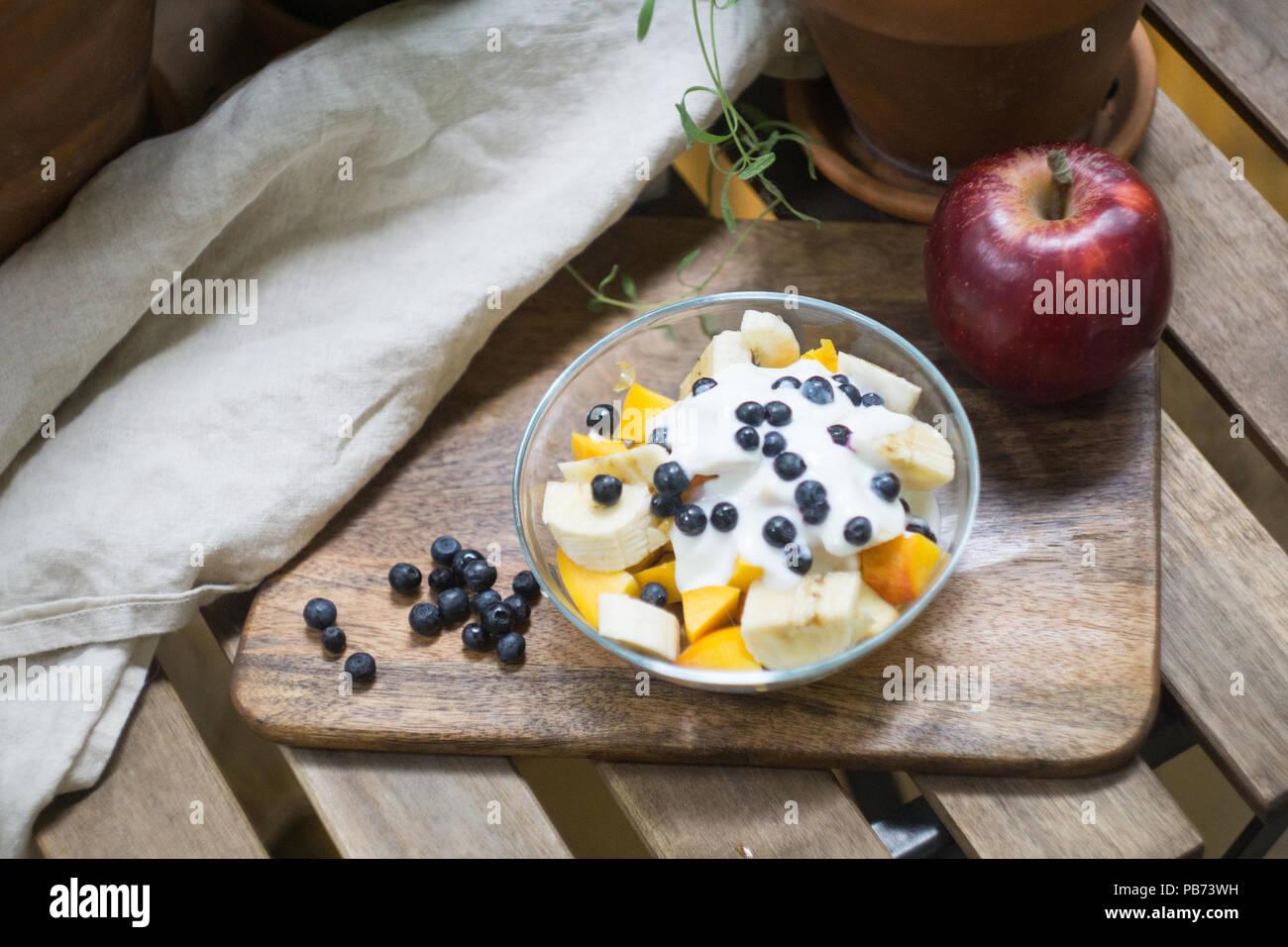 Haferflocken Oder Müsli Mit Joghurt Und Obst Und Beeren Pfirsich