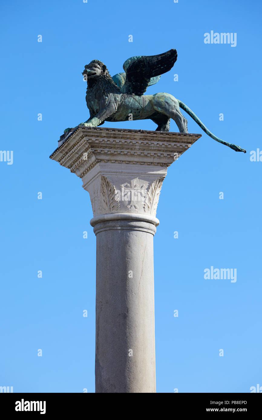 Geflügelte Löwe Statue, Symbol von Venedig, klaren, blauen Himmel in Italien Stockbild