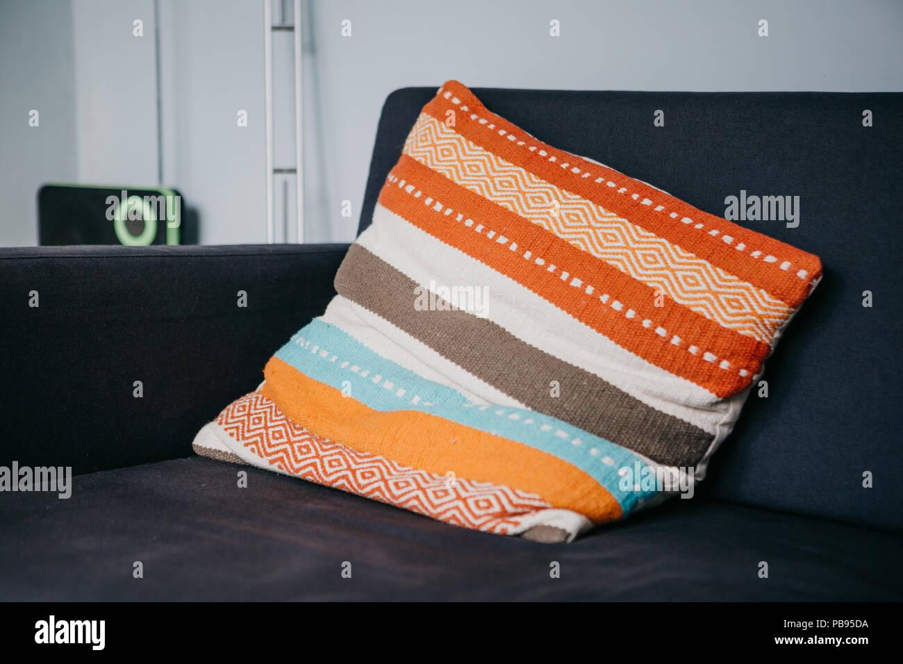 eine farbige kissen auf dem sofa im wohnzimmer gemutliche atmosphare