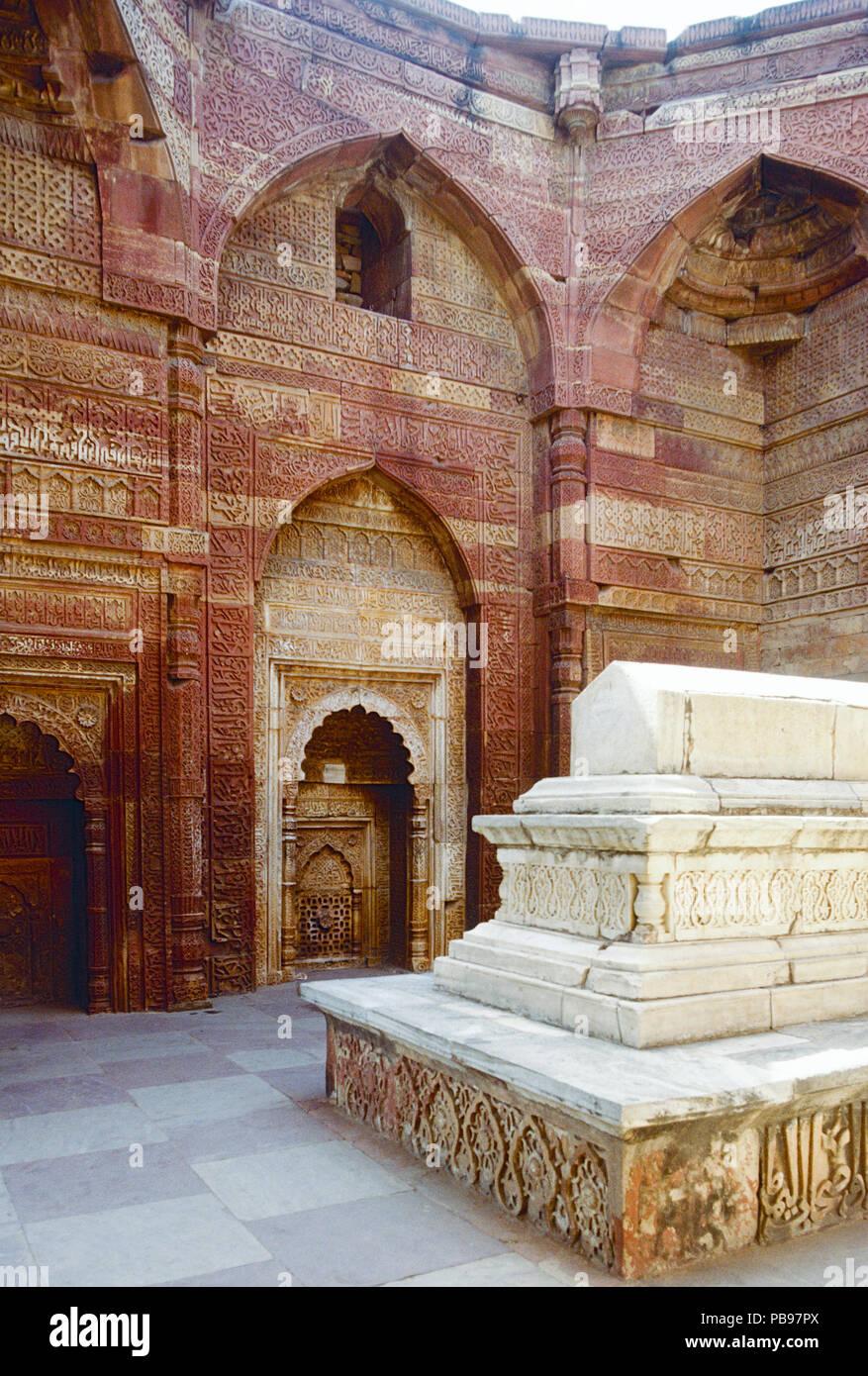 Grab von Iltutmish, Quwwat al-Islam Moschee Komplex, Delhi, Indien Stockbild