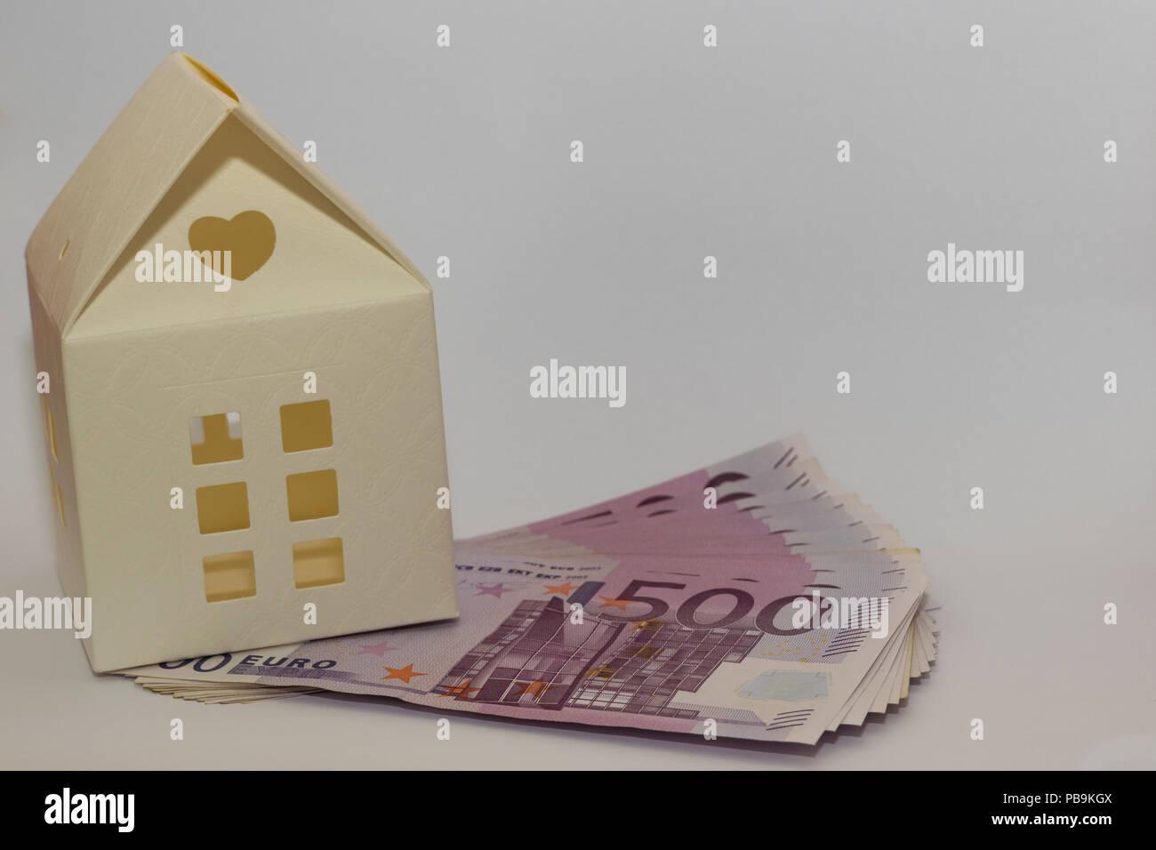 Papier Modell Spielzeug Haus auf 500 Euro Banknoten. Konzeptionelle Bild von Kauf, Verkauf, Sparen, Darlehen für ein Haus. Stockbild