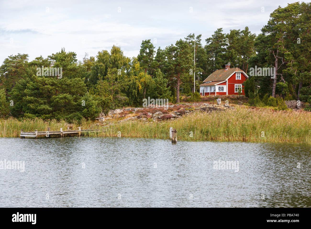 Roten Häuschen am Strand mit Steg Stockfoto, Bild: 213510752 ...