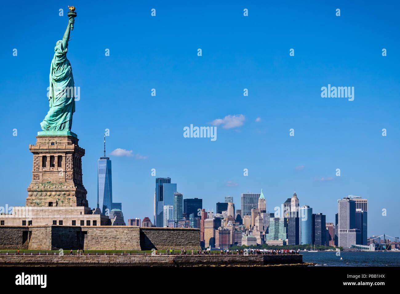 Die Freiheitsstatue in New York City im Hintergrund. Stockbild