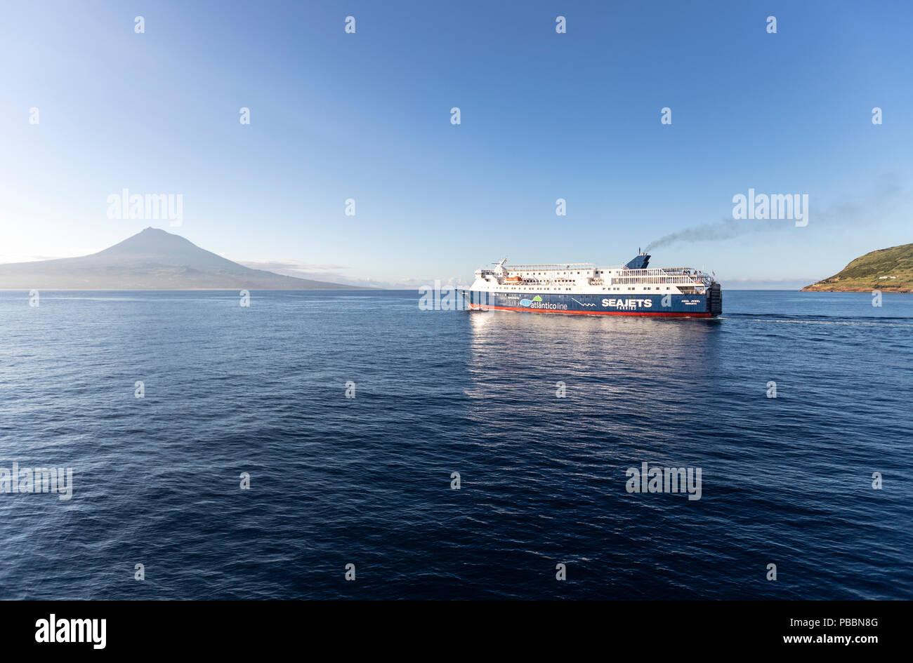 Passagiere Atlantico Linie Seajets Fähre nach Pico Island, mit dem Berg Pico bei Sonnenaufgang, den Azoren, Portugal Stockbild