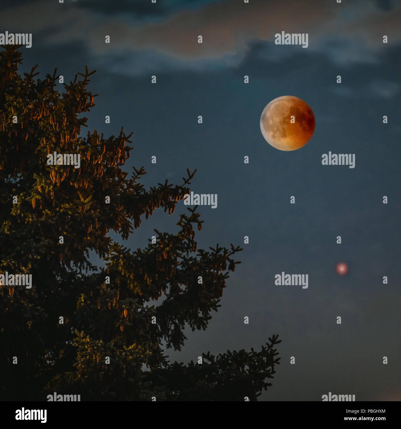 Sicht auf Mondfinsternis bloodmoon am 28. Juli 2018 in Deutschland Stockbild