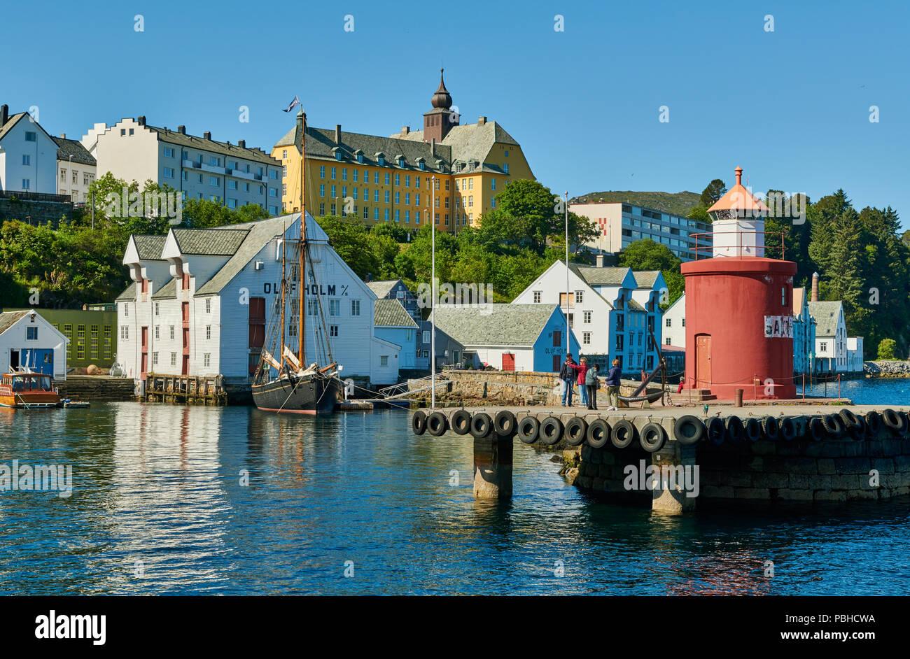 Leuchtturm am Eingang des Alten Hafens, Ålesund, Norwegen, Europa Stockbild