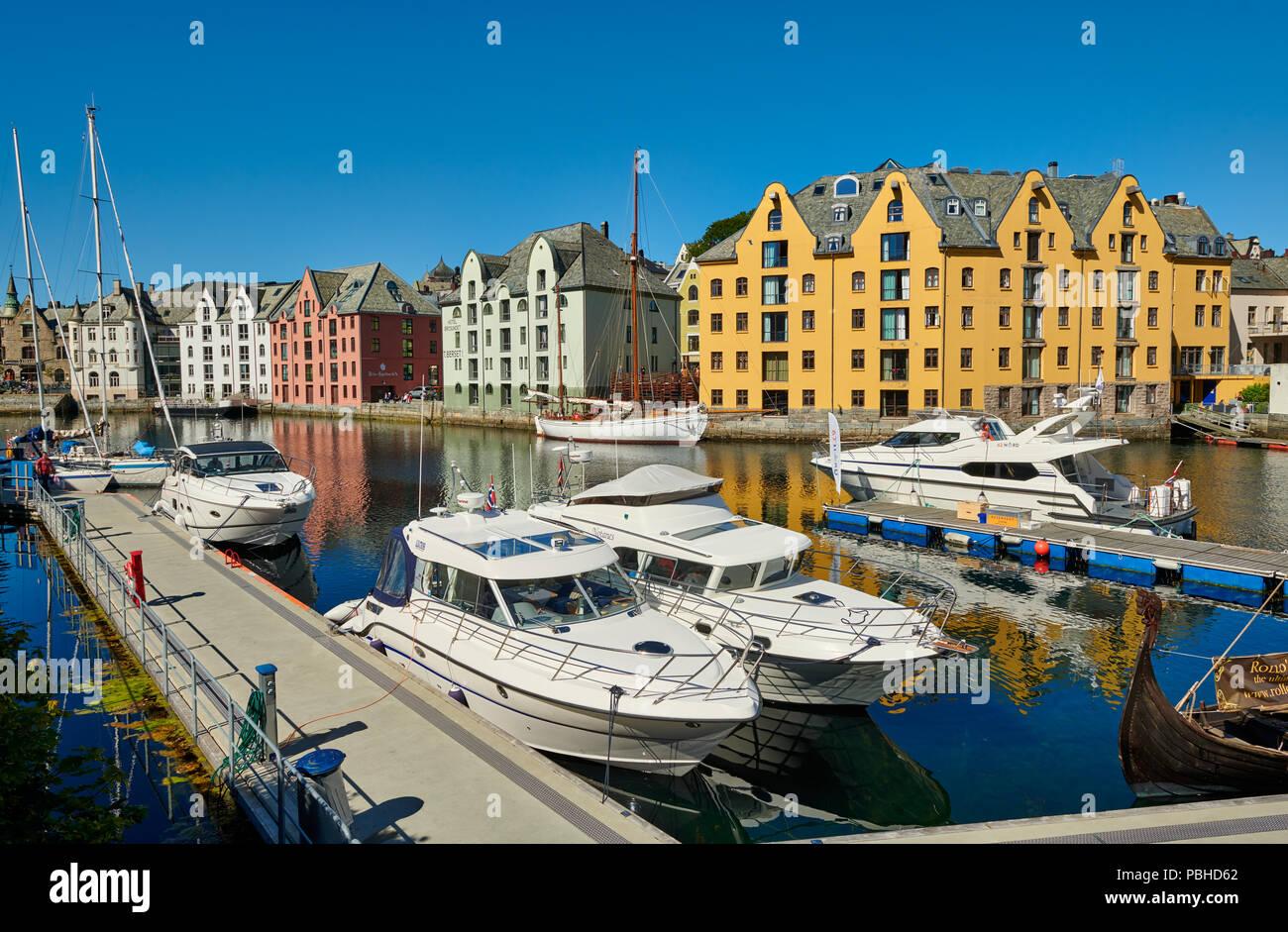 Blick auf den alten Hafen mit historischen Jugendstilgebäude, Ålesund, Norwegen, Europa Stockbild