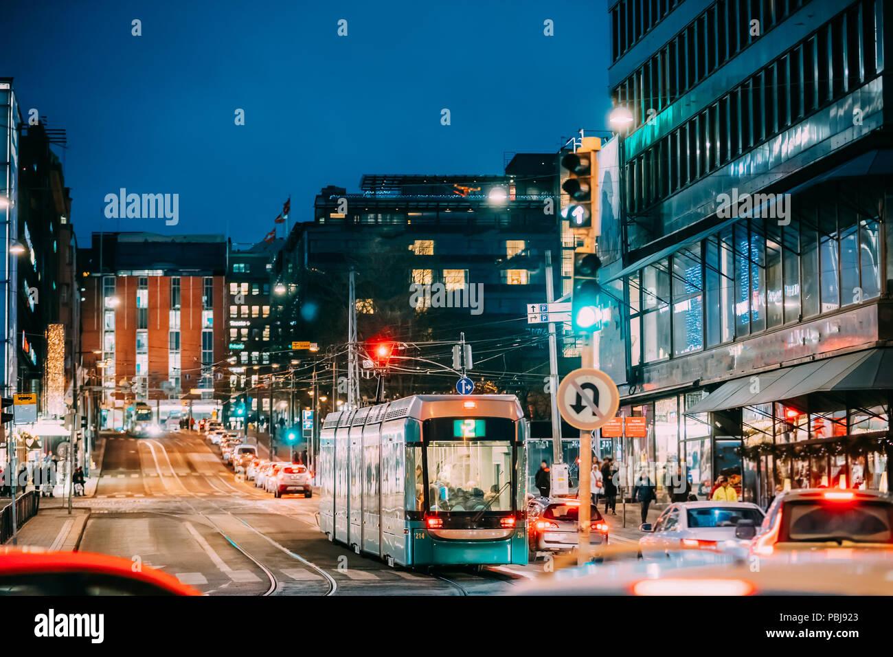 Helsinki, Finnland. Die Straßenbahn fährt von einem Anschlag auf Kaivokatu Straße in Helsinki. Nacht Blick auf Kaivokatu Straße in Kluuvi erhalten Bezirk am Abend oder in der Nacht krank Stockbild