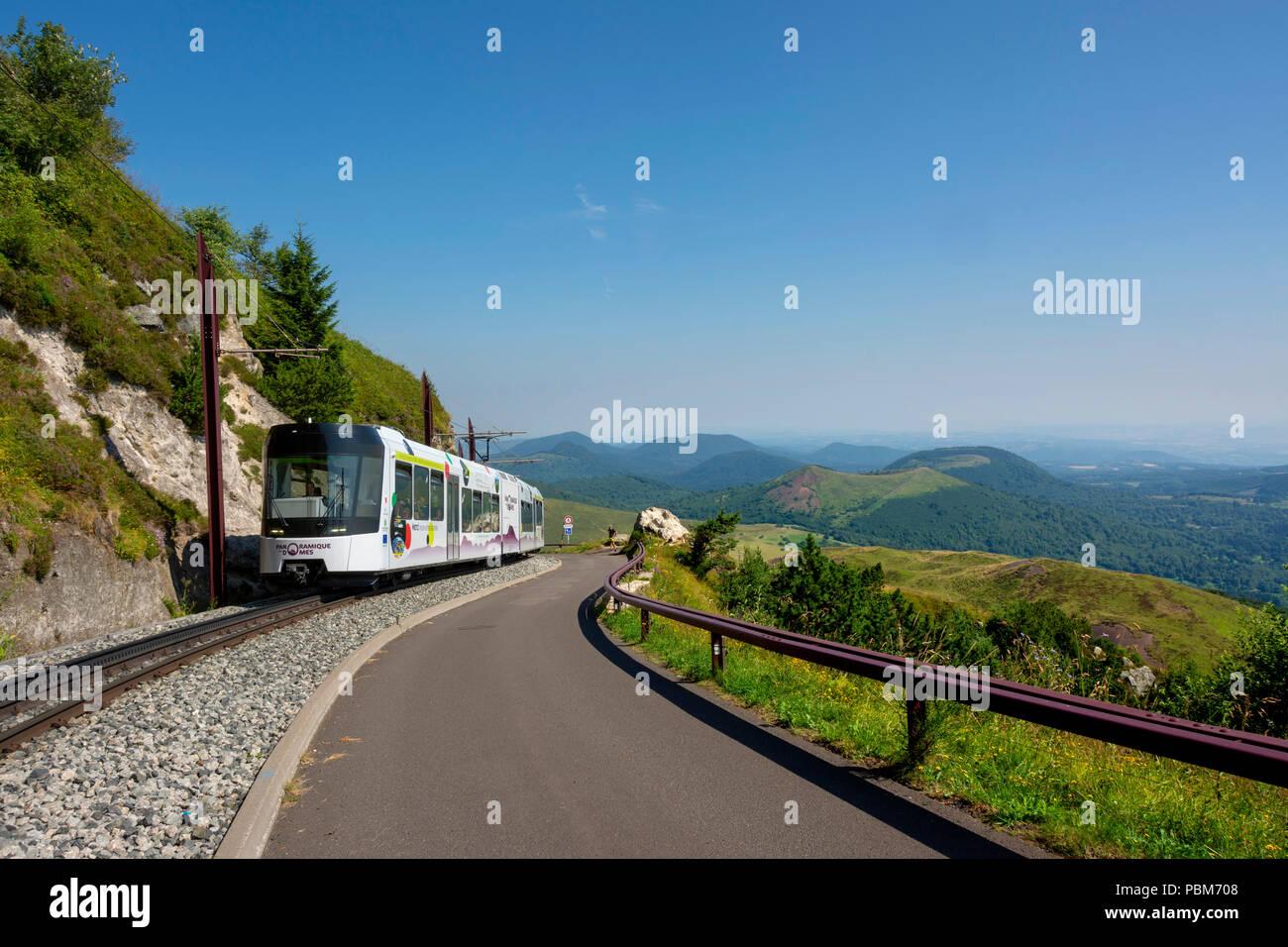 Panoramique des Domes, Touristenzug von Puy de Dome, Regionale Naturpark der Vulkane der Auvergne, UNESCO-Weltkulturerbe, Puy-de-Dome Abteilung, Auve Stockbild