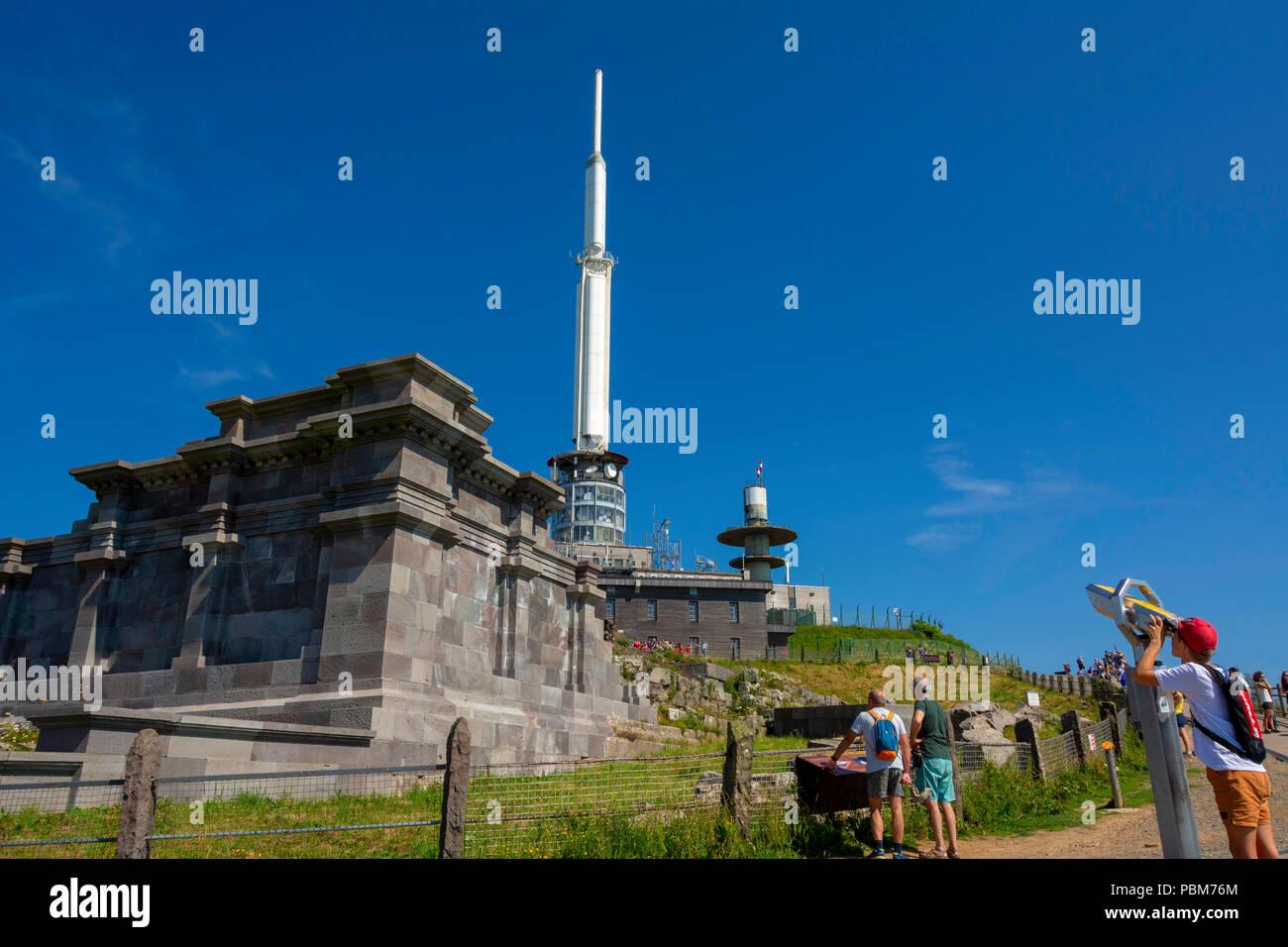 Gallo-römischen Tempel des Merkur mit TV Sender und Observatorium auf dem Gipfel des Puy de Dome, Regionale Naturpark der Vulkane der Auvergne, Un Stockbild