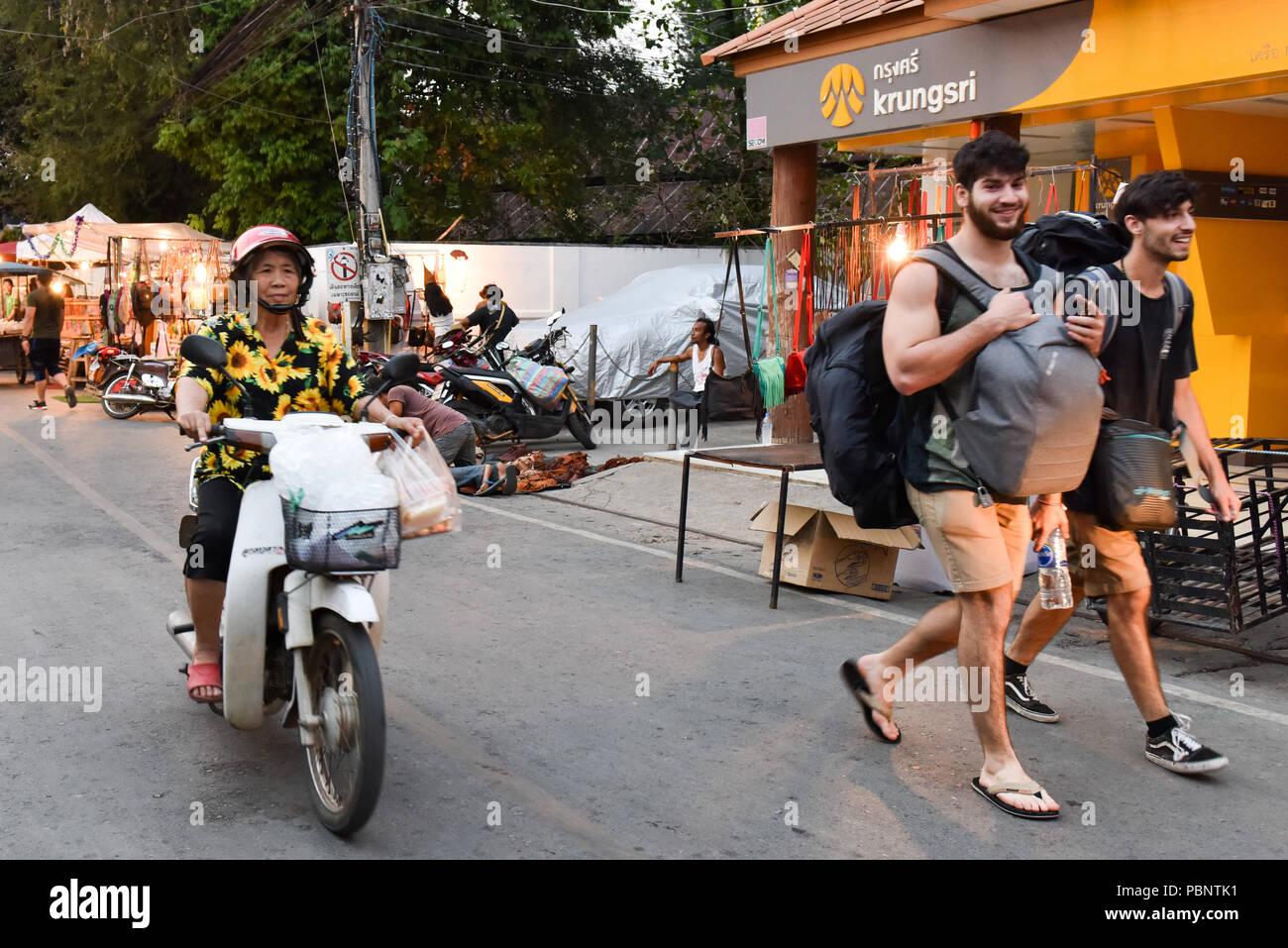 Touristen und Einheimische, Pai, Thailand Stockbild