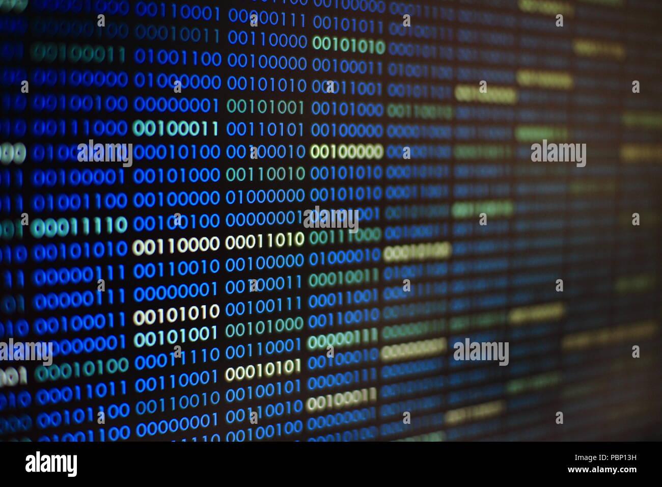 Blau ist der binäre Code. Blocks binärer Daten. Blockchain Konzept. Blauer Hintergrund mit dem binären Code Bit Nummer eins und null Text. Stockbild