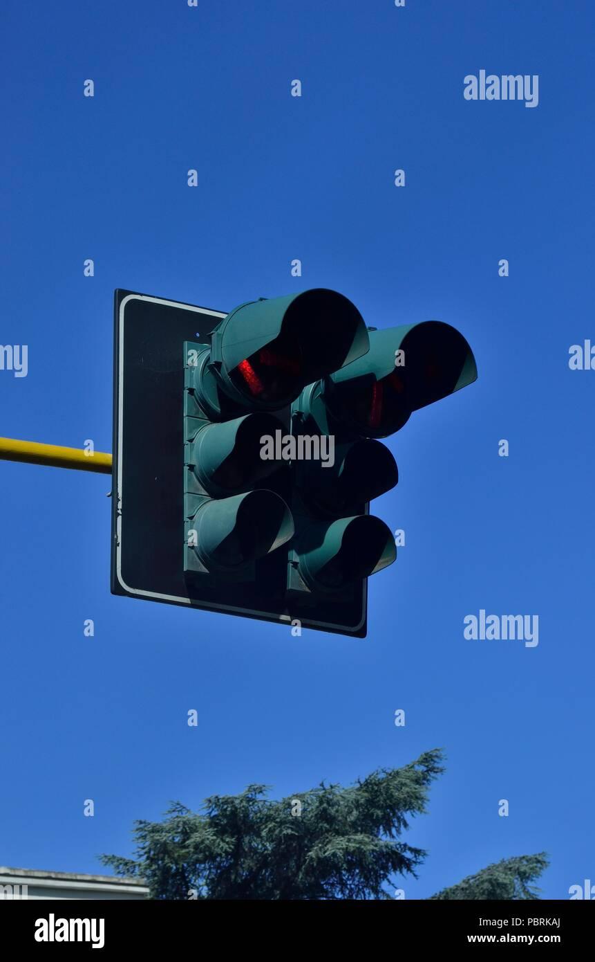 Ampel/Signale teilweise Rot Farbe, gegen blauen Himmel tagsüber, Rom, Italien, Europa Stockbild