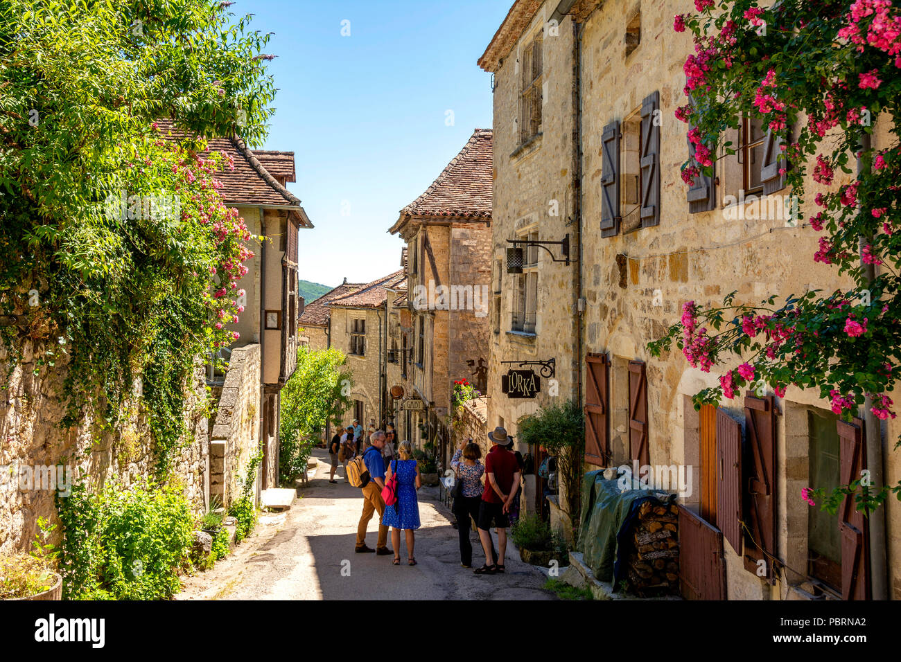 Saint-Cirq-Lapopie auf Santiago de Compostela Wallfahrt Straße, gekennzeichnet als Les Plus beaux villages de France oder die Schönsten Dörfer von Franc Stockbild
