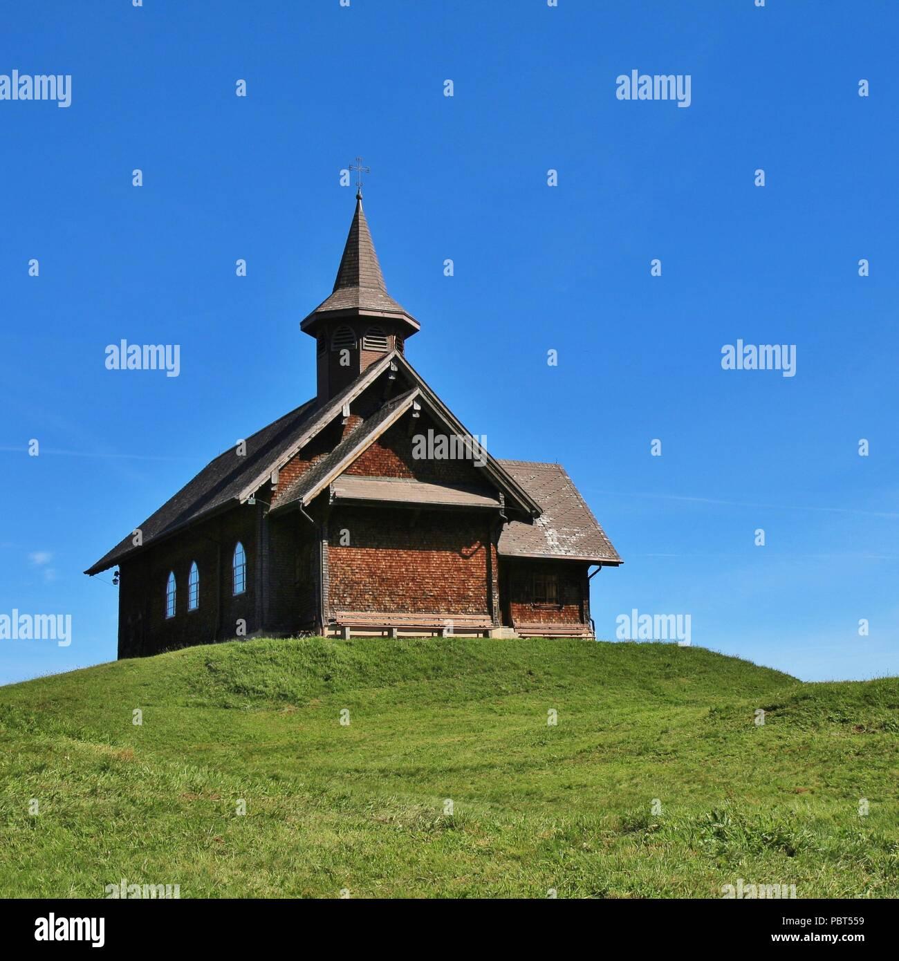 Der Hügel der Kapelle 60 Jahre alte Frau aus 40 Jahren Mann