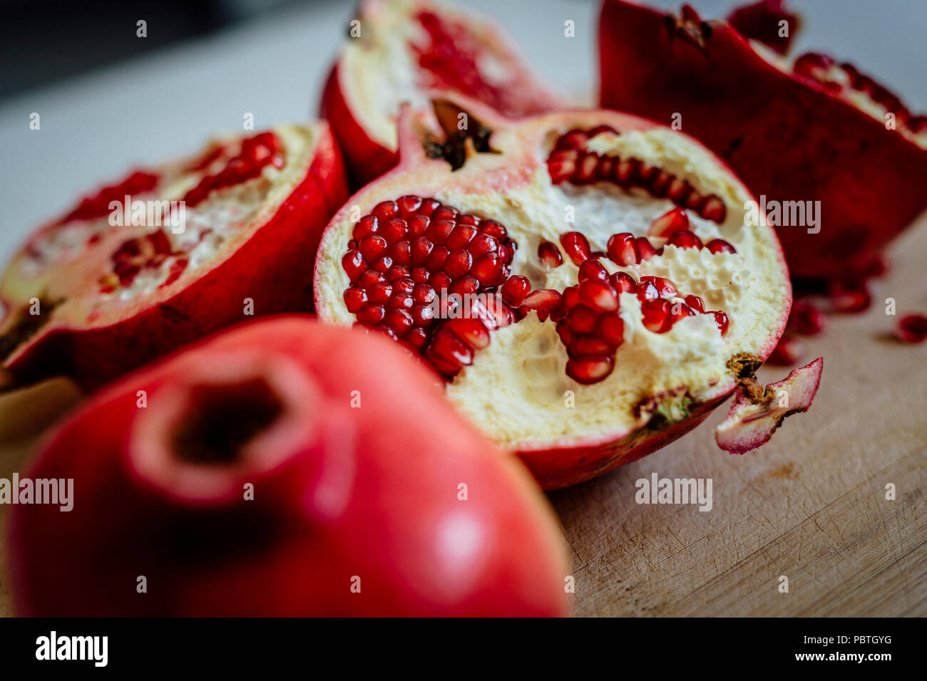 Frischer Granatapfel auf Holz- Hintergrund. Stockbild