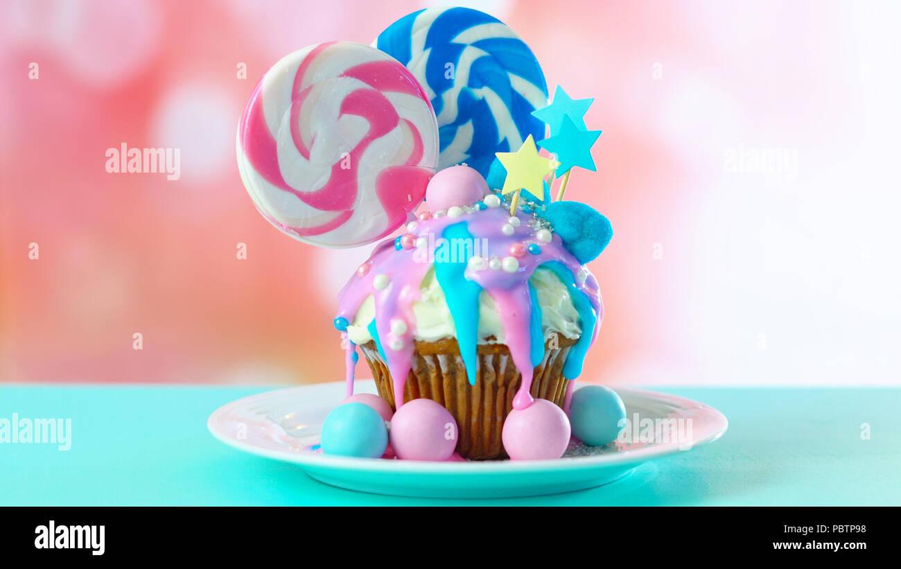 Rosa und Blaue Design bunt Neuheit Cupcake mit Süßigkeiten und grosse herzförmige Lollis für Kinder und jugendlich Geburtstag, Valentinstag oder M Stockfoto