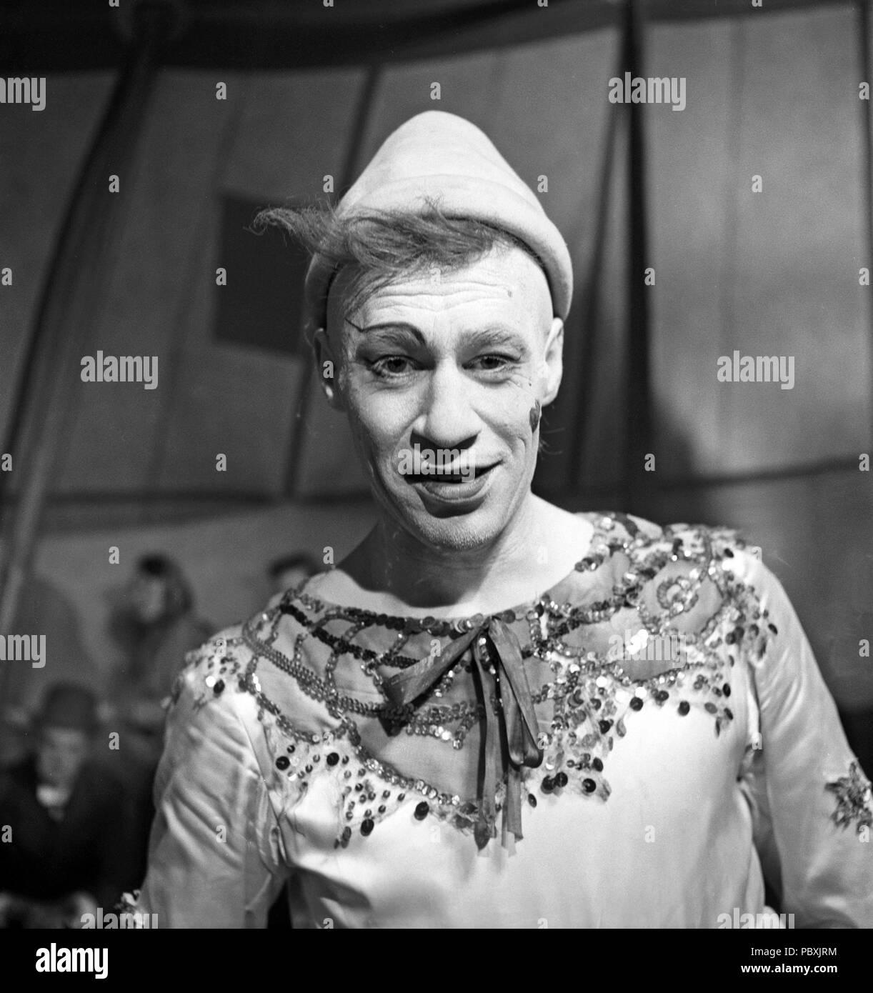 Ingmar Bergman. 1918-2007. Schwedische Filmregisseur. Hier abgebildeten Schauspieler Anders Ek, wie der Clown Teodor Frost 1953 am Filmset des Films Sägemehl und Lametta. Gycklarnas Afton. Foto: Kristoffersson/BL 35-5 Stockbild