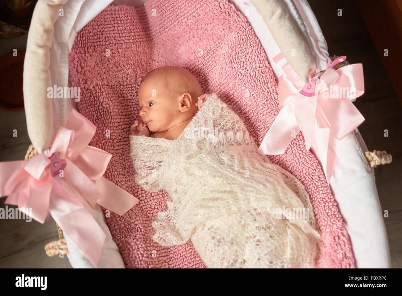 Neugeborenes Madchen In Kinderwagen Sieht Uberrascht Kind Eingewickelt In Woolean Decke Aufmerksam Stockfotografie Alamy