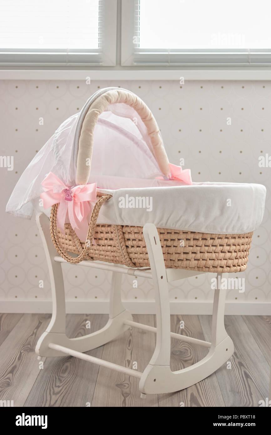 schlaflied baby korb bett modische moses bett fr neugeborene indoor stockbild