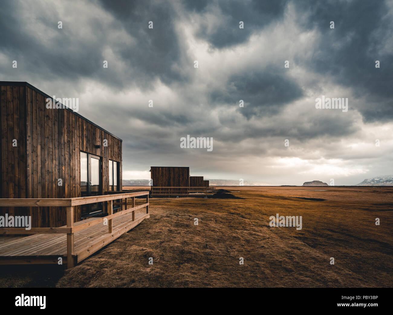Island, Mai 2018: Blick auf neu gebauten Hütten und Bungalows, die Unterkunft für Touristen sind. Diese Kabinen haben im Jahr 2018 gebaut worden. Stockbild