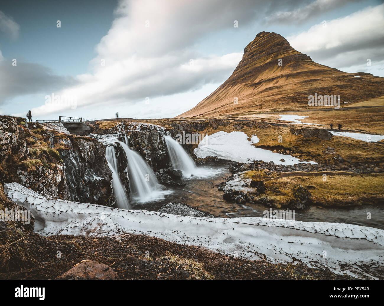 Kirkjufellsfoss und Kirkjufell Isländischer, Kirche Berg, ein 463 m hoher Berg an der Nordküste der Halbinsel Snaefellsnes Island, in der Nähe der Stadt Grundarfjordur, Island Stockbild