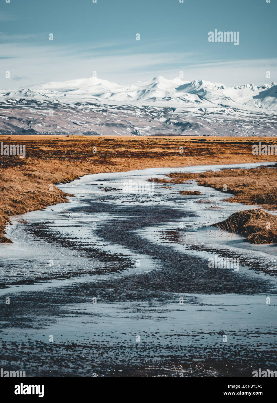 Island typischen Berg winter Szene mit Gras im Vordergrund und massiven Berg im Hintergrund. Stockbild