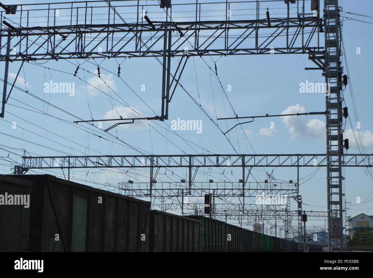 Ansicht schließen der elektrischen Kontakt Netzwerk von Eisenbahnen und Eisenbahnlinien im Hintergrund Stockbild