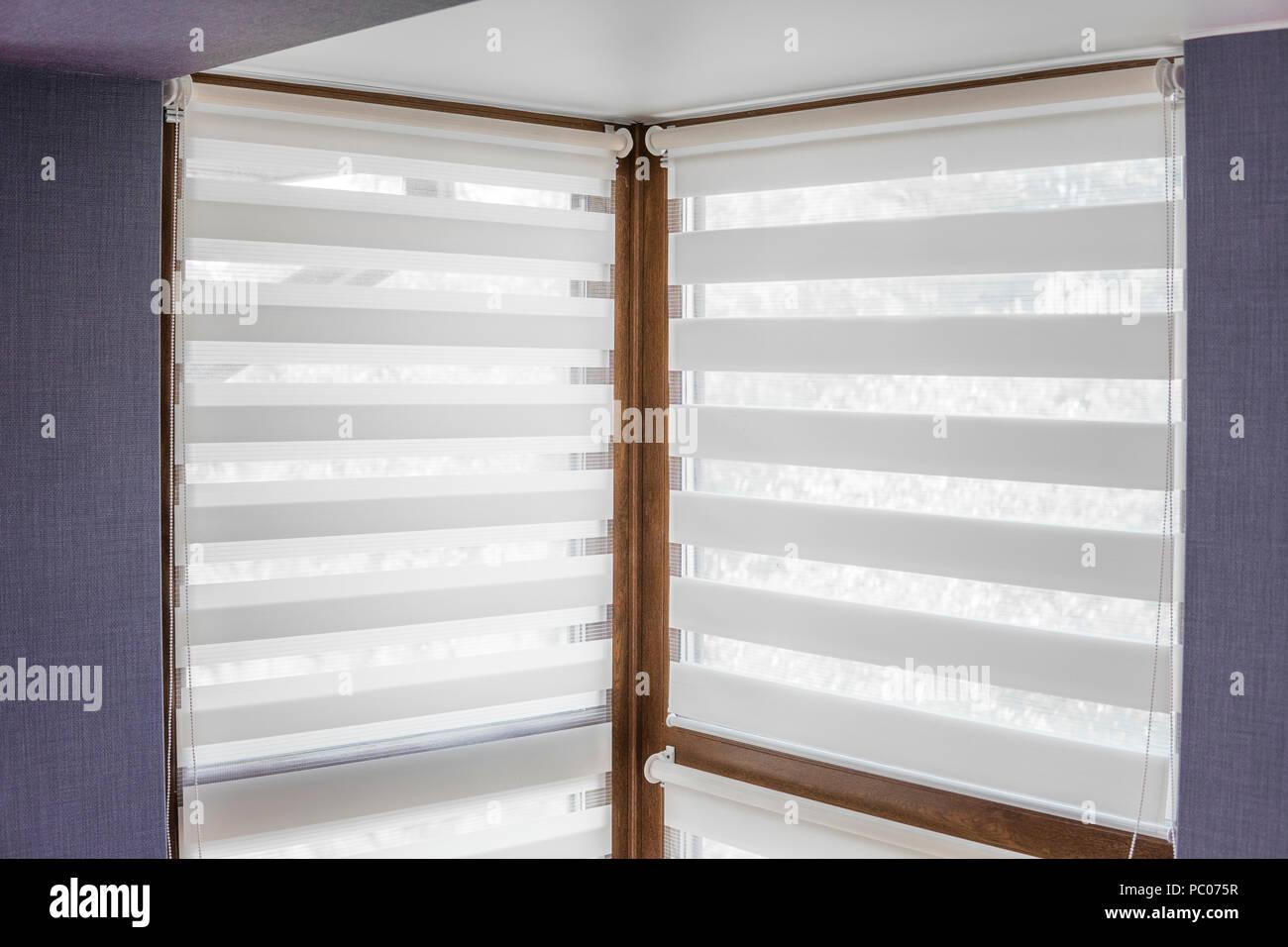 Weißen Stoff Rollos an den Kunststoff Fenster mit Holz ...