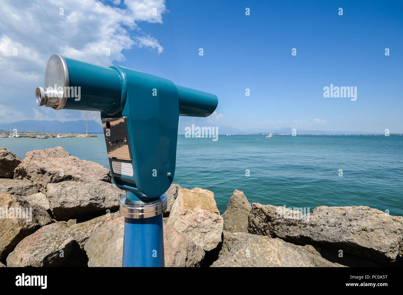 Anzeigen teleskop fernrohr mit blick auf den gardasee lombardei
