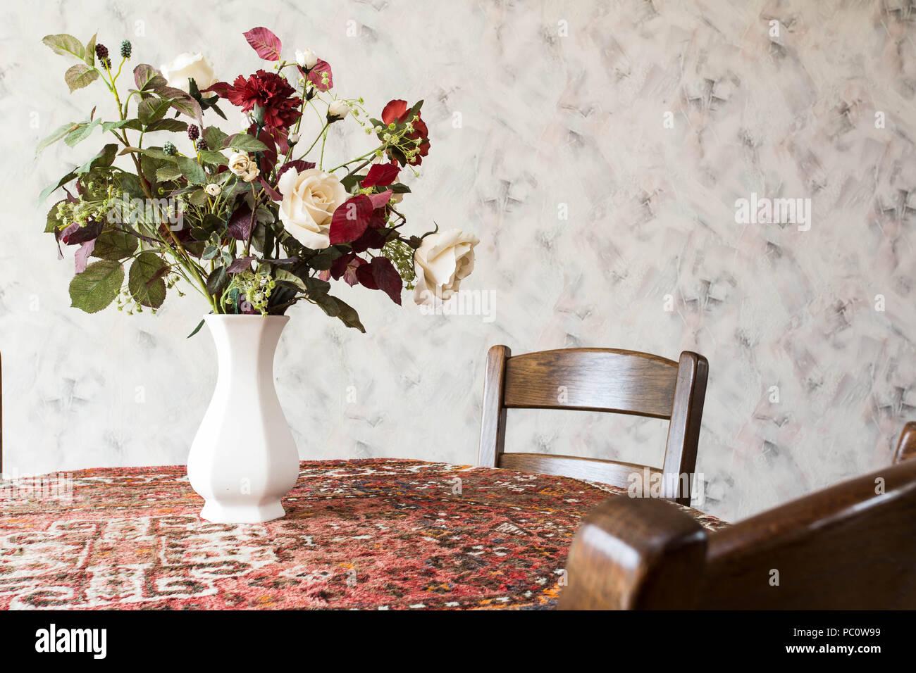Vintage Wohnzimmer Mit Runder Esstisch Mit Blumen Und Muster Tapete