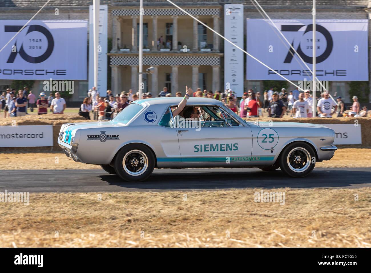 Siemens autonomen Auto, eine Vintage Ford Mustang macht Fortschritte auf den Hügel klettern, Goodwood House beim Festival der Geschwindigkeit 2018 Stockbild