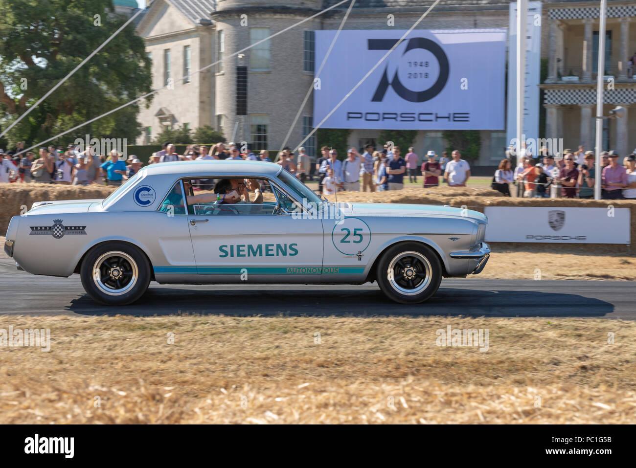 Siemens autonomen Auto, eine Vintage Ford Mustang Fortschritte auf den Hügel klettern, Goodwood House beim Festival der Geschwindigkeit 2018 Stockbild