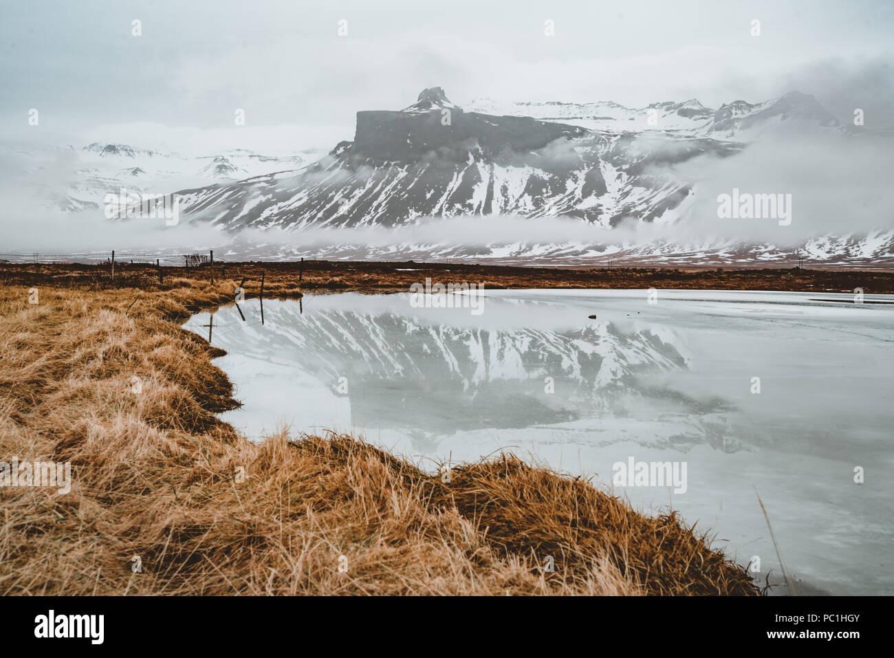 Island Mountain Reflexion mit Eis und Wolken. Snaesfellnes Halbinsel Stockbild