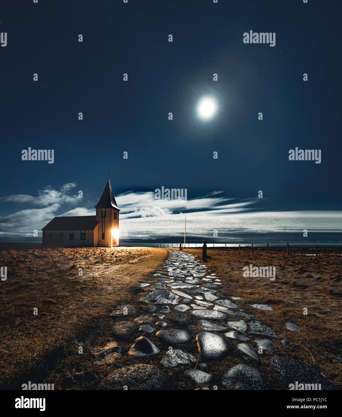 Kleine Kirche in Island Snaefellsnes bei Nacht mit Mond Sterne blau Himmel und Wolken. Stockbild