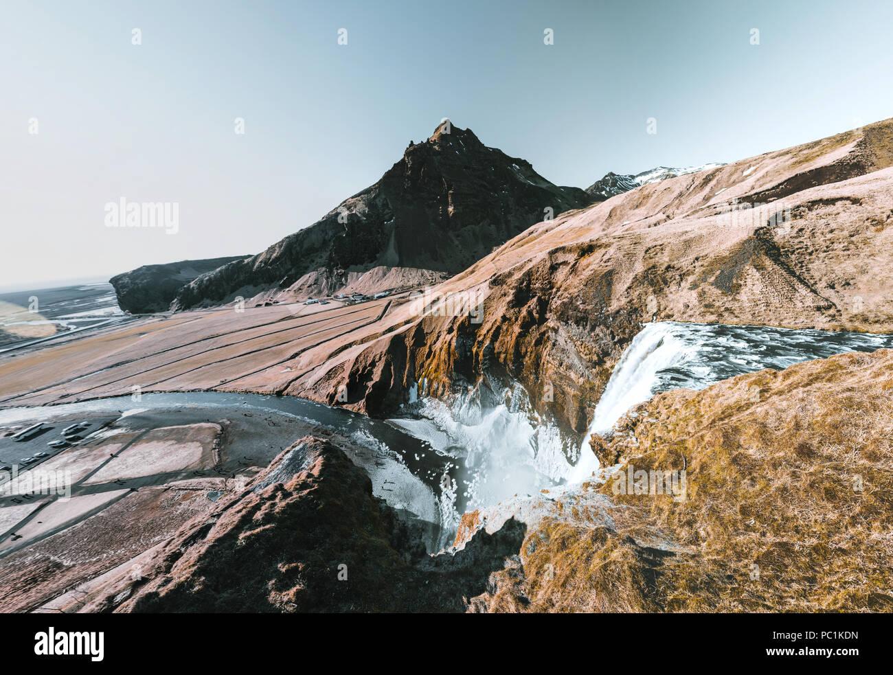 Island einen fantastischen Blick auf die Landschaft mit Fluss und Berg mit blauen Himmel an einem sonnigen Tag. Stockbild