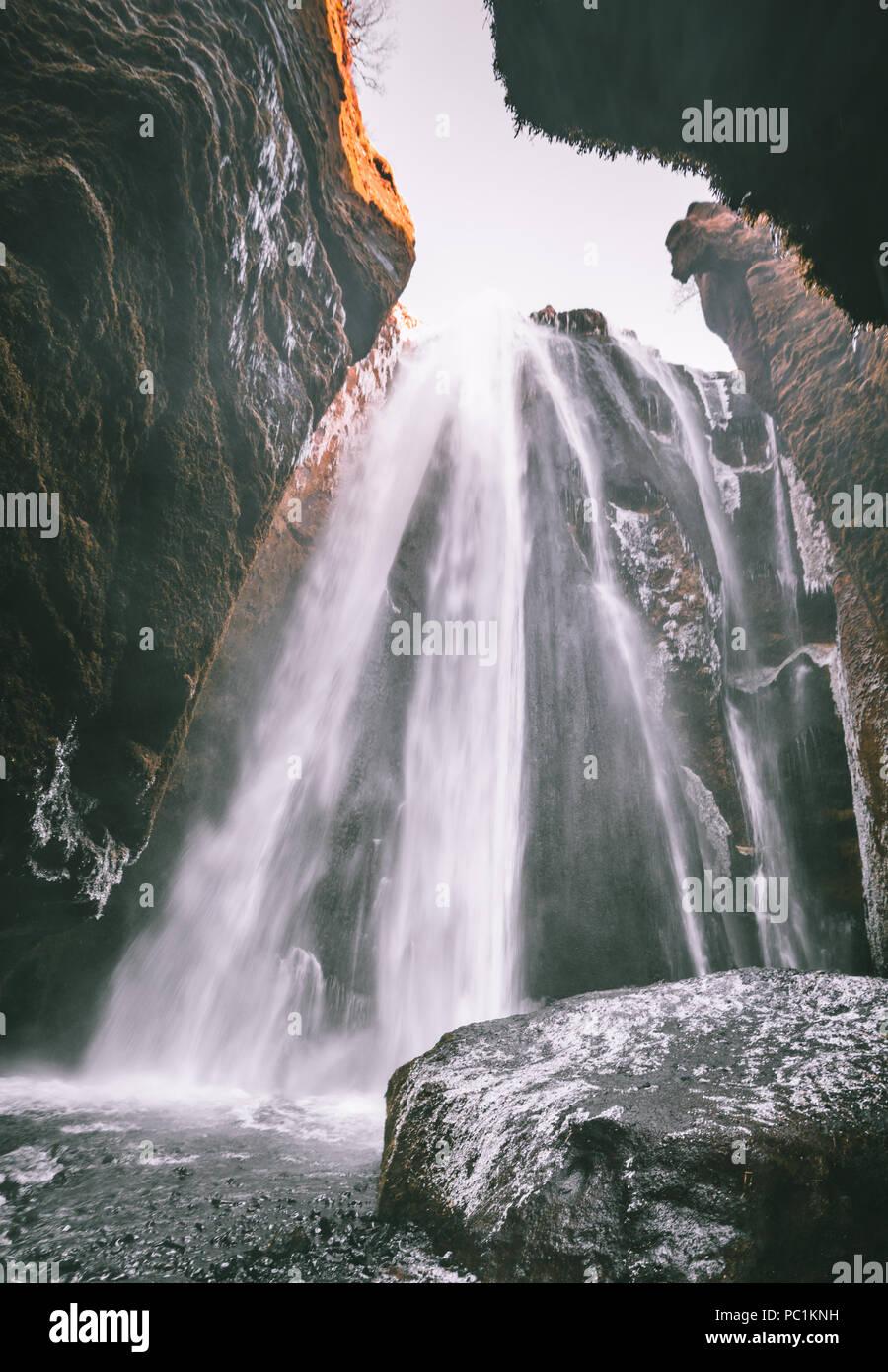 Perfekte Sicht auf berühmten leistungsstarke Gljufrabui Kaskade. Lage der Seljalandsfoss fallen, Island, Europa. Malerische Bild der beliebte Touristenattraktion. Reiseziel Konzept. Entdecken Sie die Schönheit der Erde. Stockbild