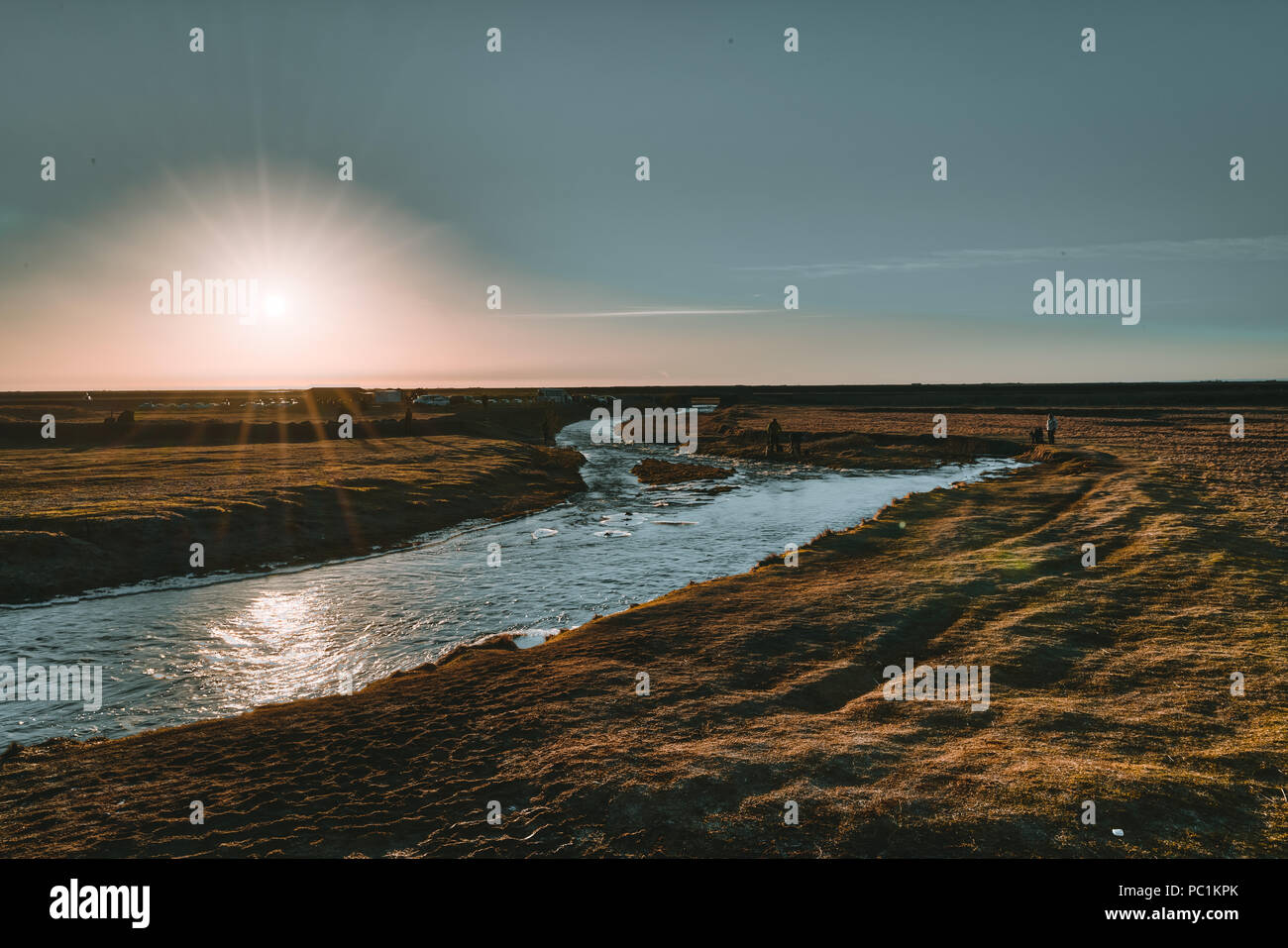 Island malerischen Sonnenuntergang am Wasserfall Seljalandsfoss südlich von Island. Stockbild