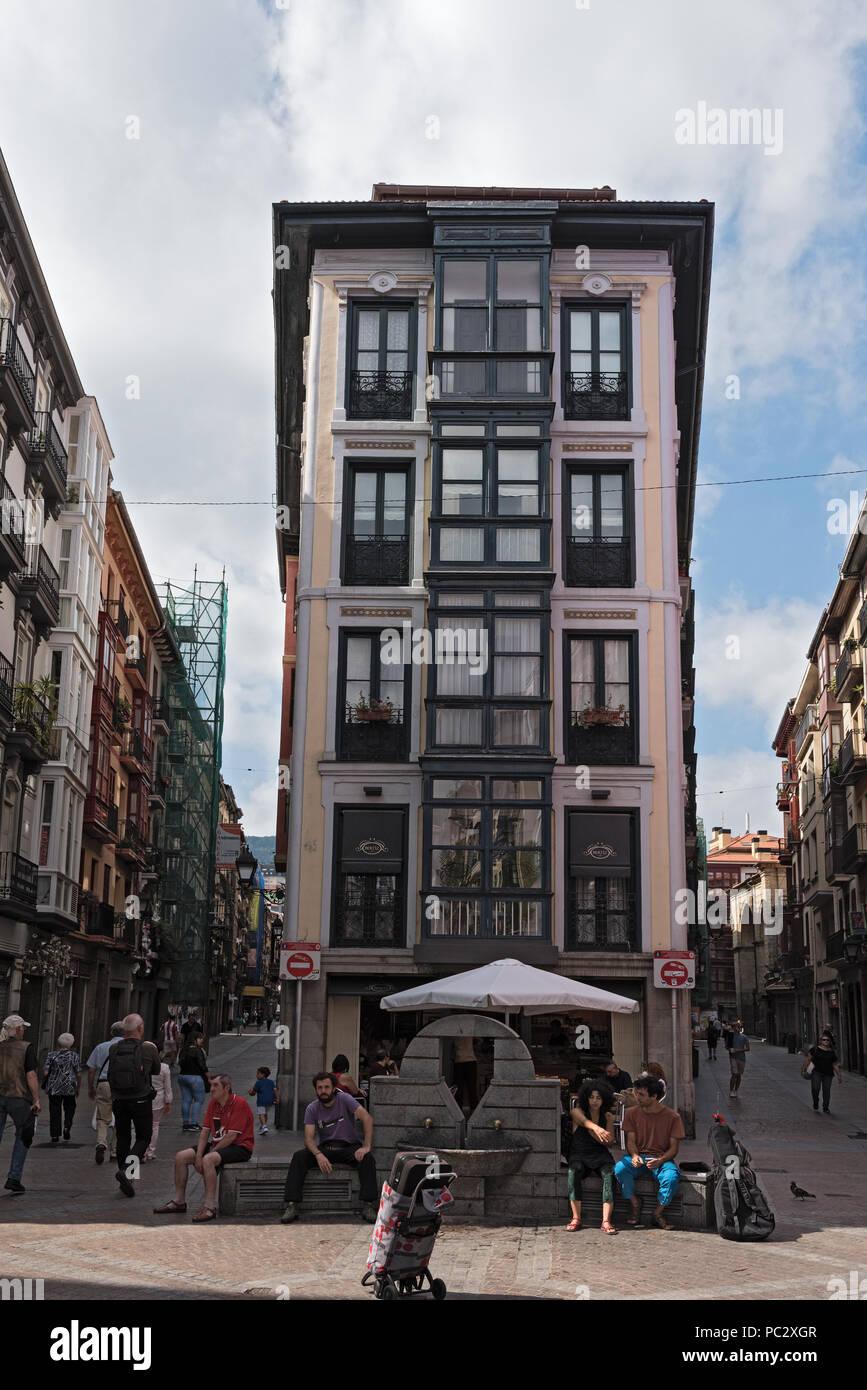 Die Menschen in den schmalen Gassen der historischen Altstadt von Bilbao, Spanien Stockbild