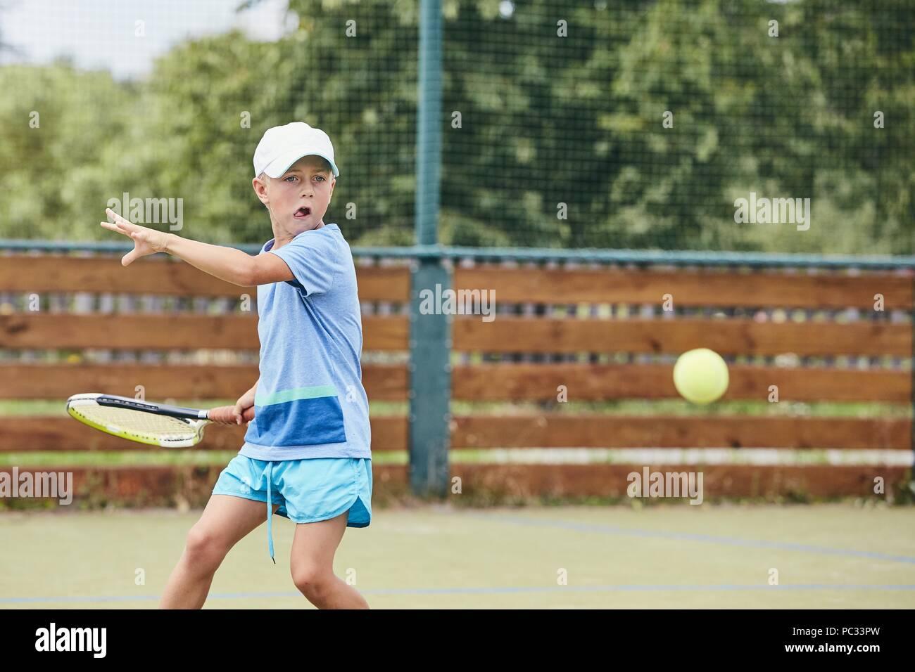 Talentierte junge ist Lernen Tennis spielen. Themen Konzentration, Wettbewerb und Fähigkeiten. Stockbild