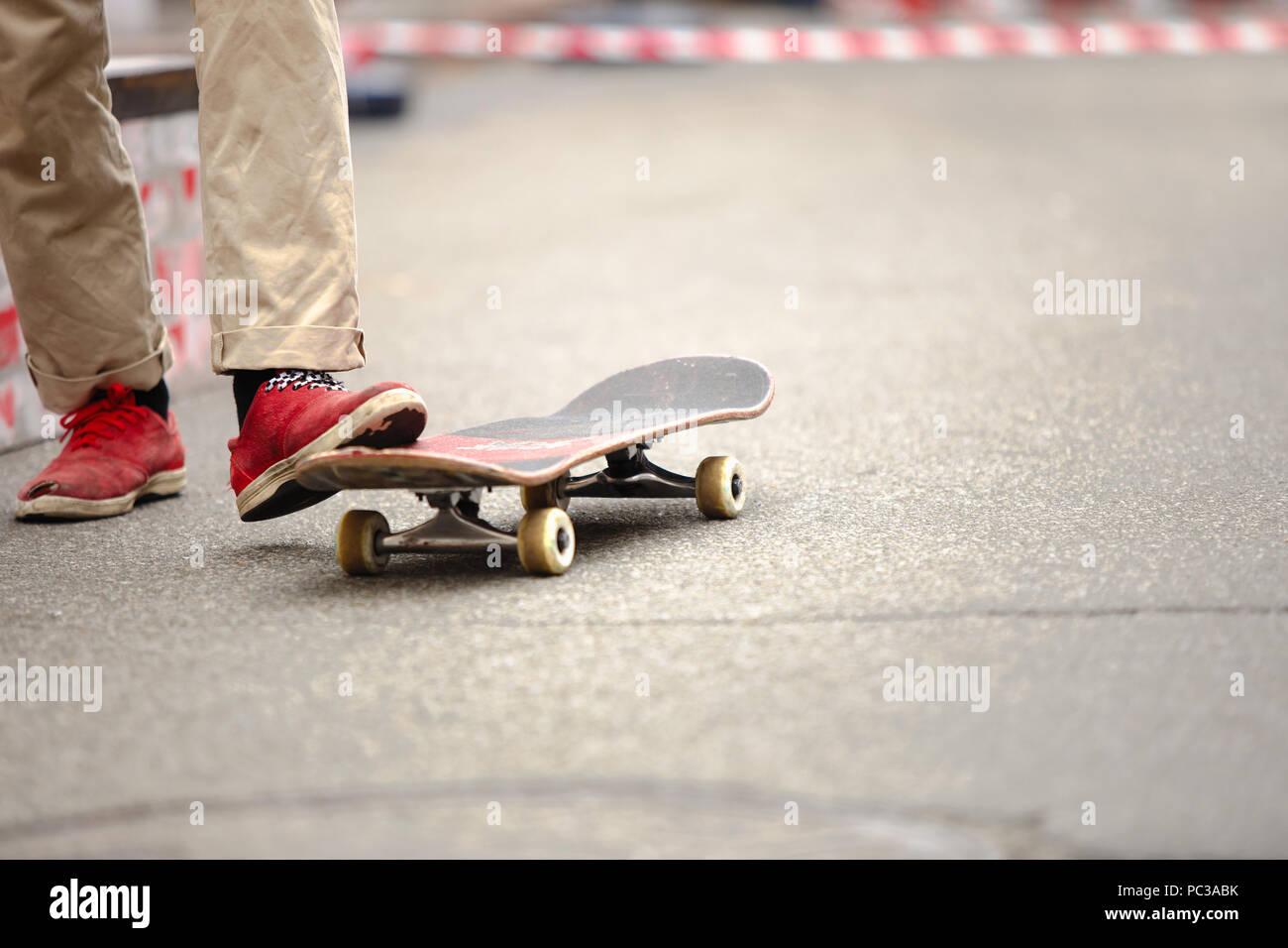 huge discount 7550a 57f38 Die Füße des jungen Skater Kerl reiten auf Skateboard im ...