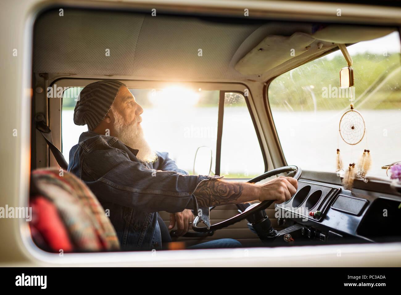Senior Hipster mit einem Van durch die Landschaft Stockbild