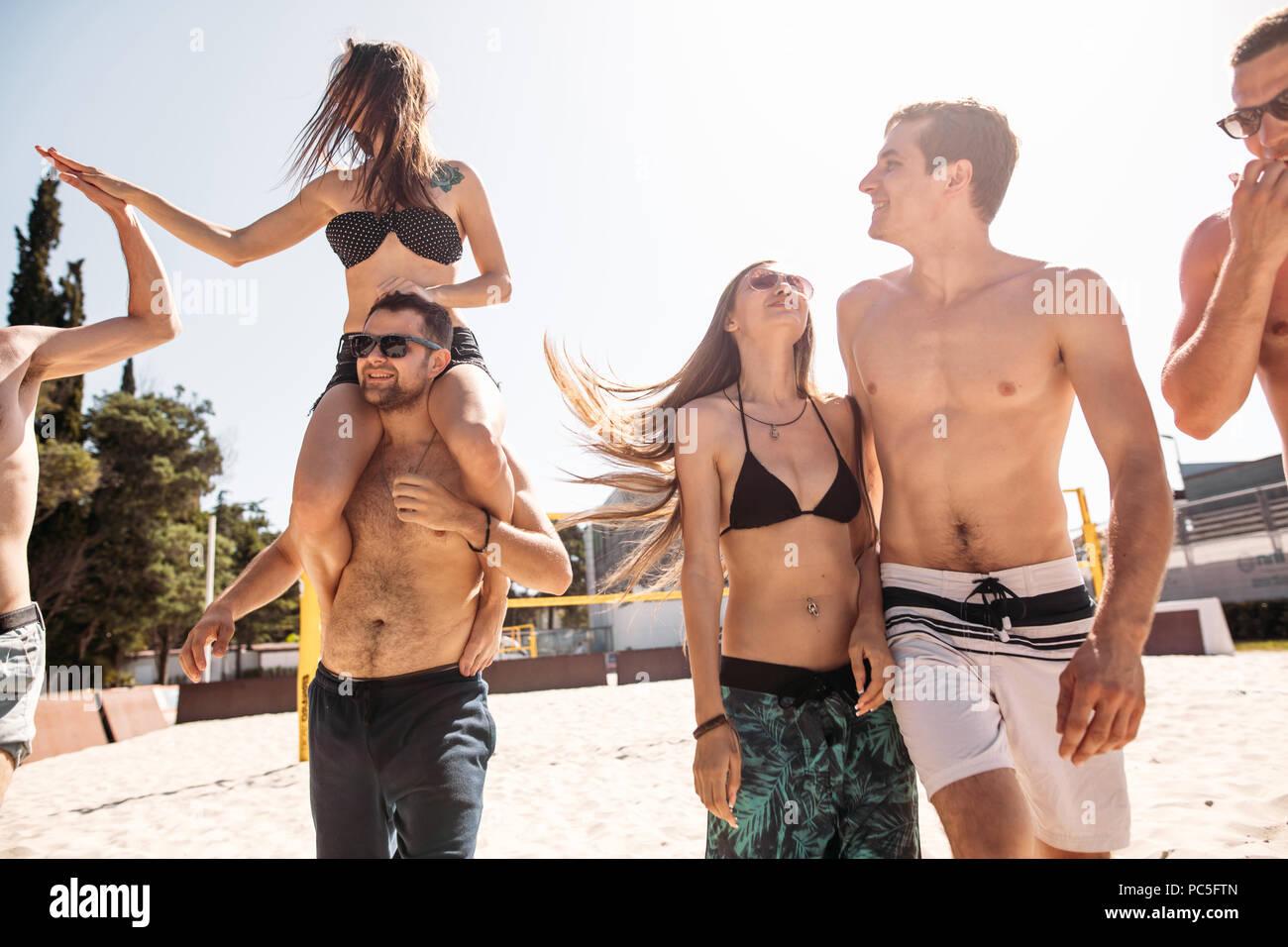 Europäischen erwachsenen Menschen, fröhliche Jungs und Mädchen, ihre Freizeit verbringt auf Hotel Sandy volleyball feld, Spaß haben, leben gesunde, aktive lifestyl Stockbild