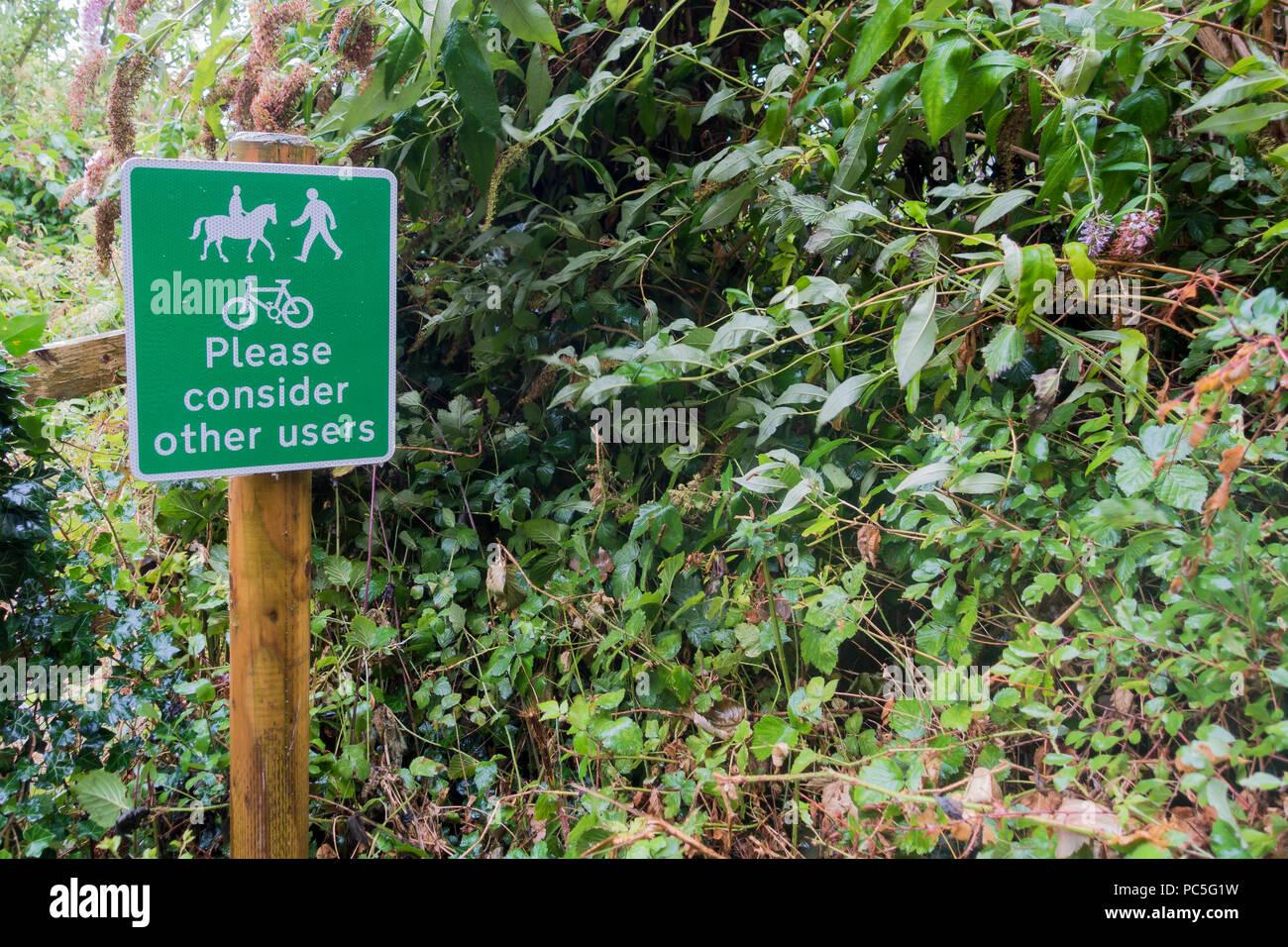 """Ein Wegweiser zu Fragen der Öffentlichkeit zu """"erwägen Sie bitte andere Benutzer"""" neben einem Wald Wanderweg im Spetisbury, Dorset, Großbritannien Stockbild"""