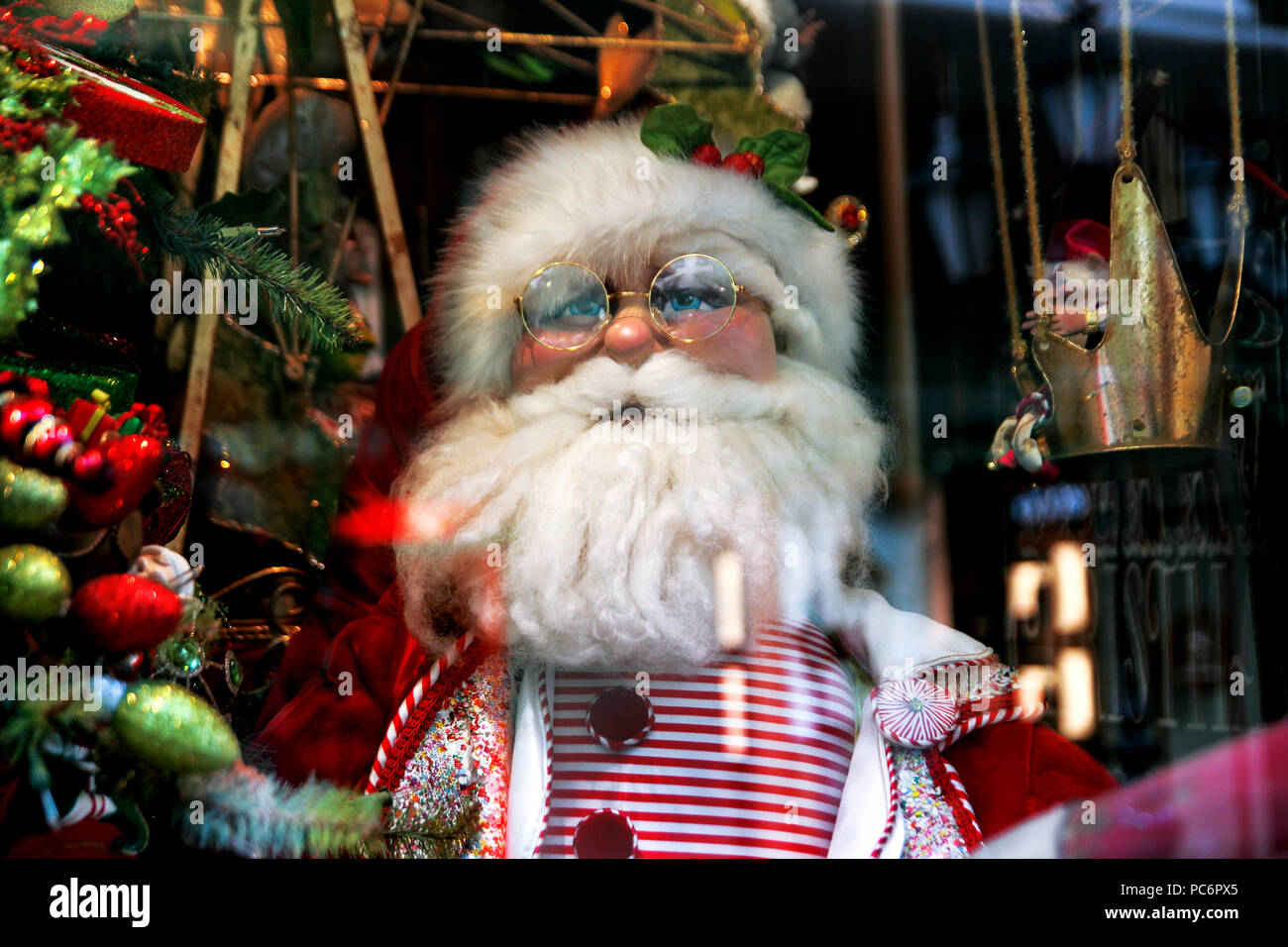 Weihnachtsmann, Weihnachtsbaum und Spielzeug zu Weihnachten ein ...