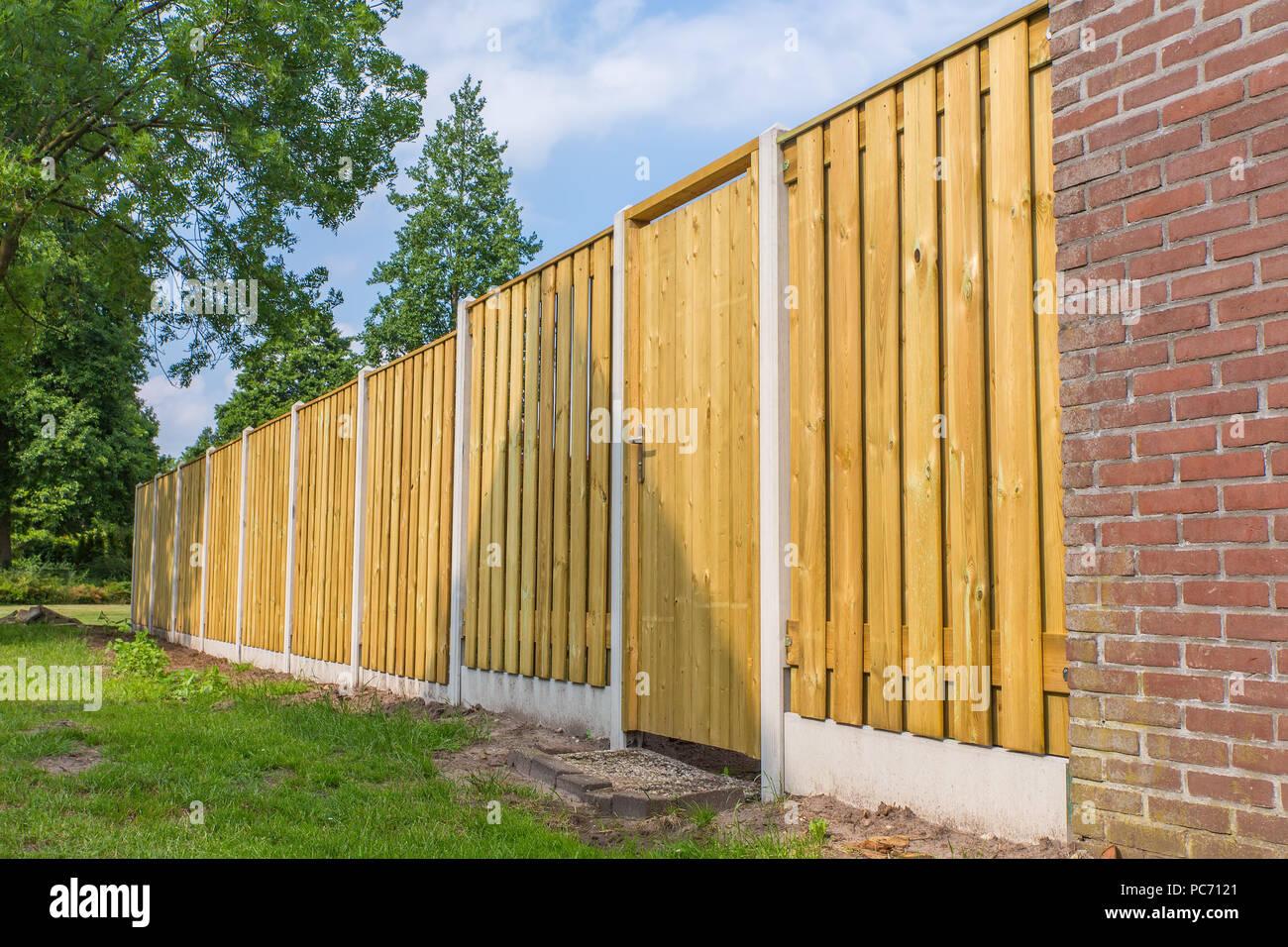 Neue Holzzaun Bauen Mit Stein Mauer Und Baume Stockfoto