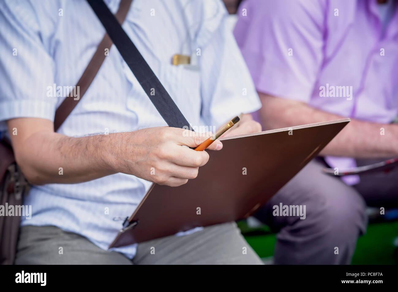 Hände einer Straße Zeichnung Künstler mit einer Tablette, einer ...