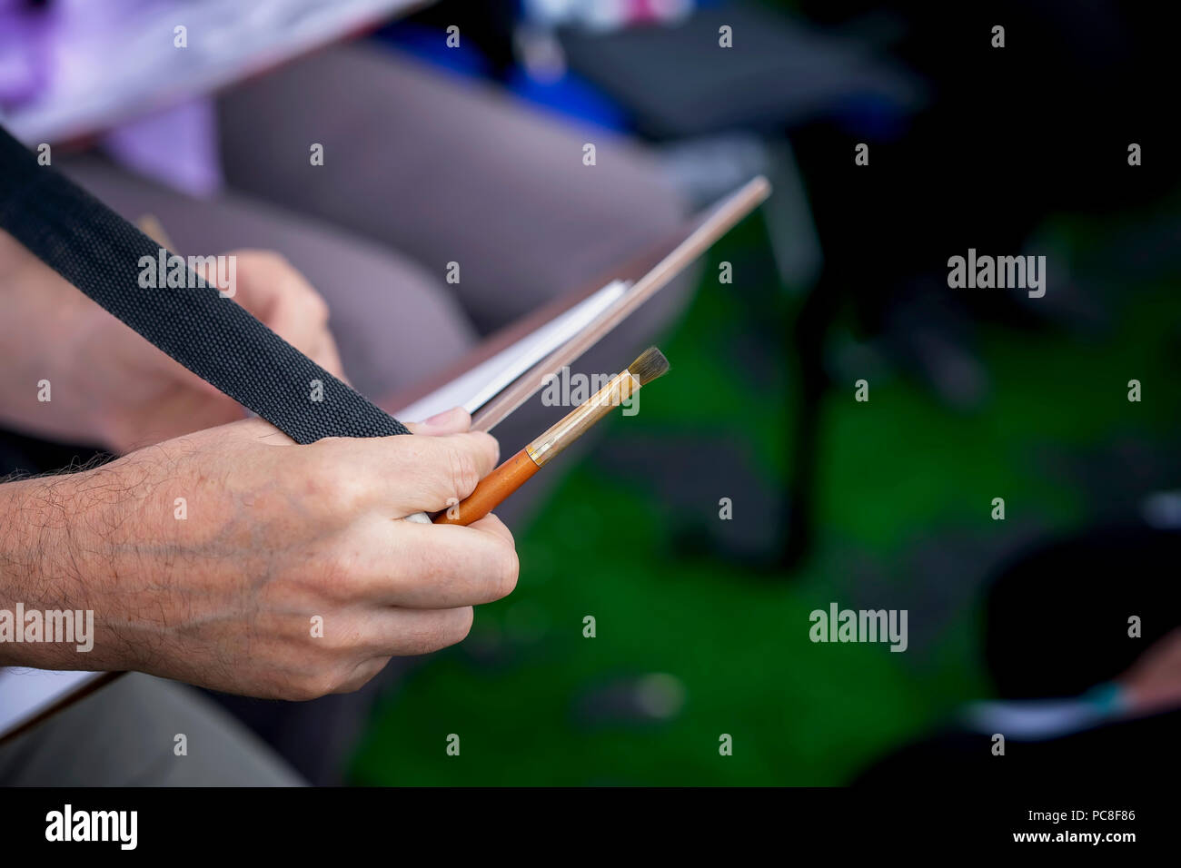 Hände einer Straße Zeichnung Künstler close-up mit einer Tablette ...